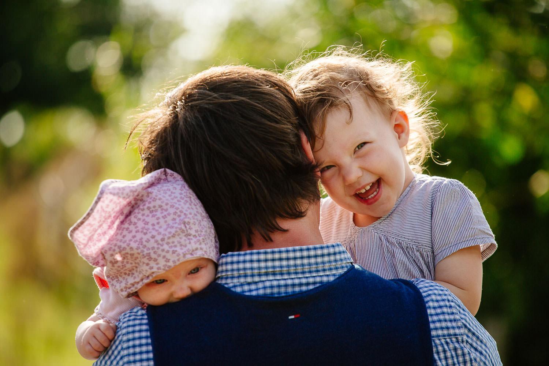 familienfotograf - papa mit zwei kindern