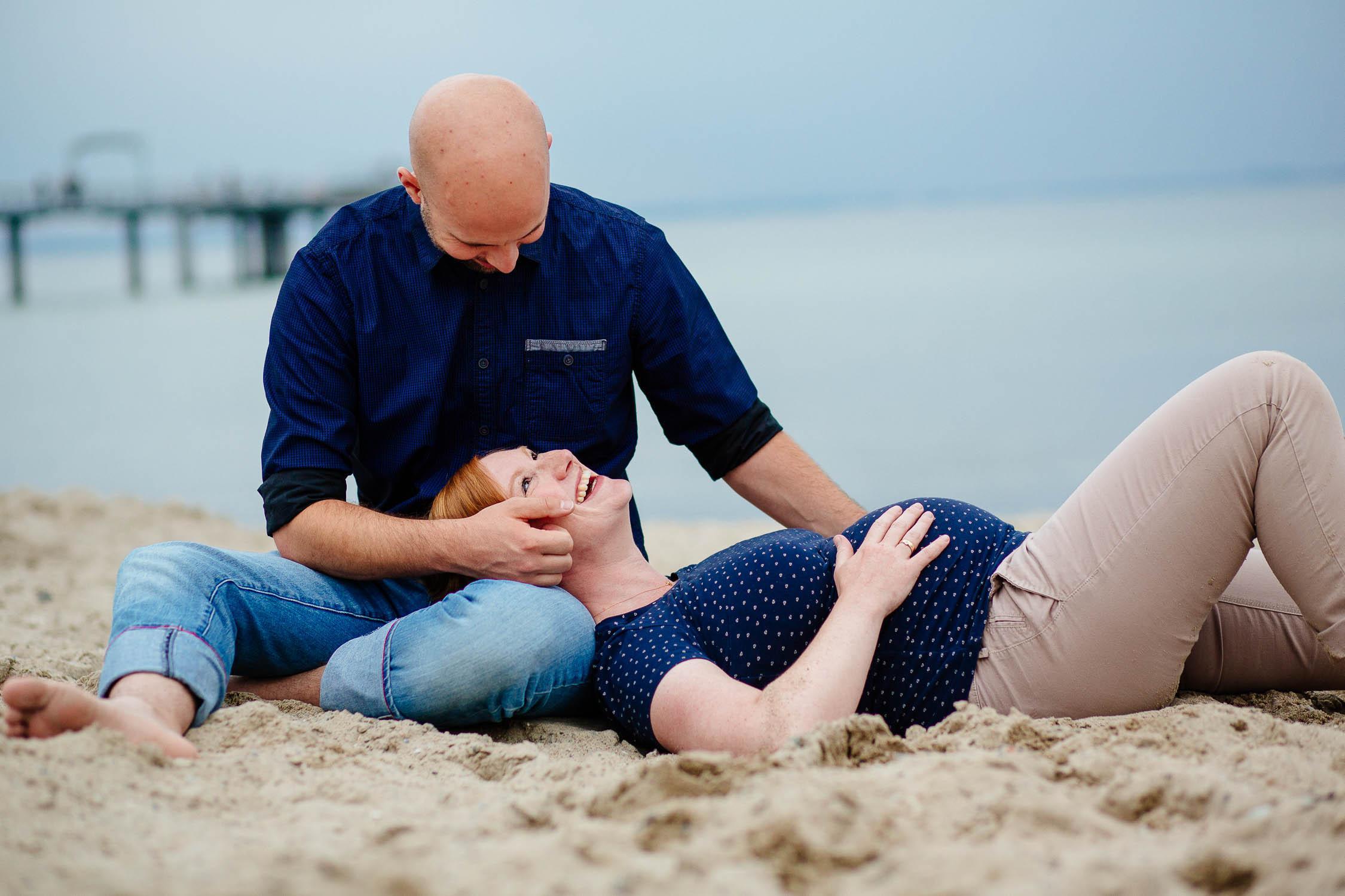 Babybauch Fotograf unterwegs am Strand in Niendorf