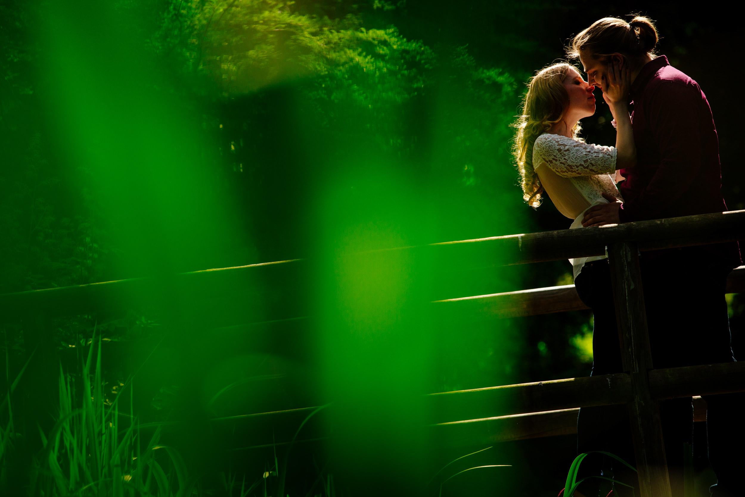 Paarshooting im Grünen im maritimen Kiel auf einer Brücke
