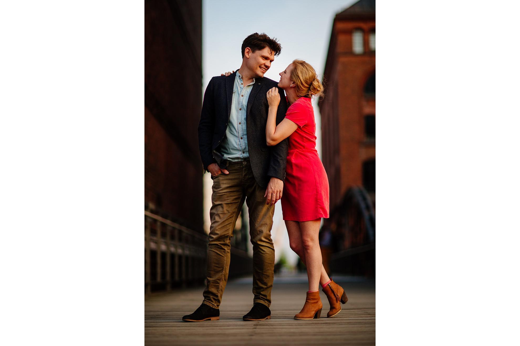 Engagementshooting in der Speicherstadt in Hamburg - schöne Paarbilder in der goldenen Stunde