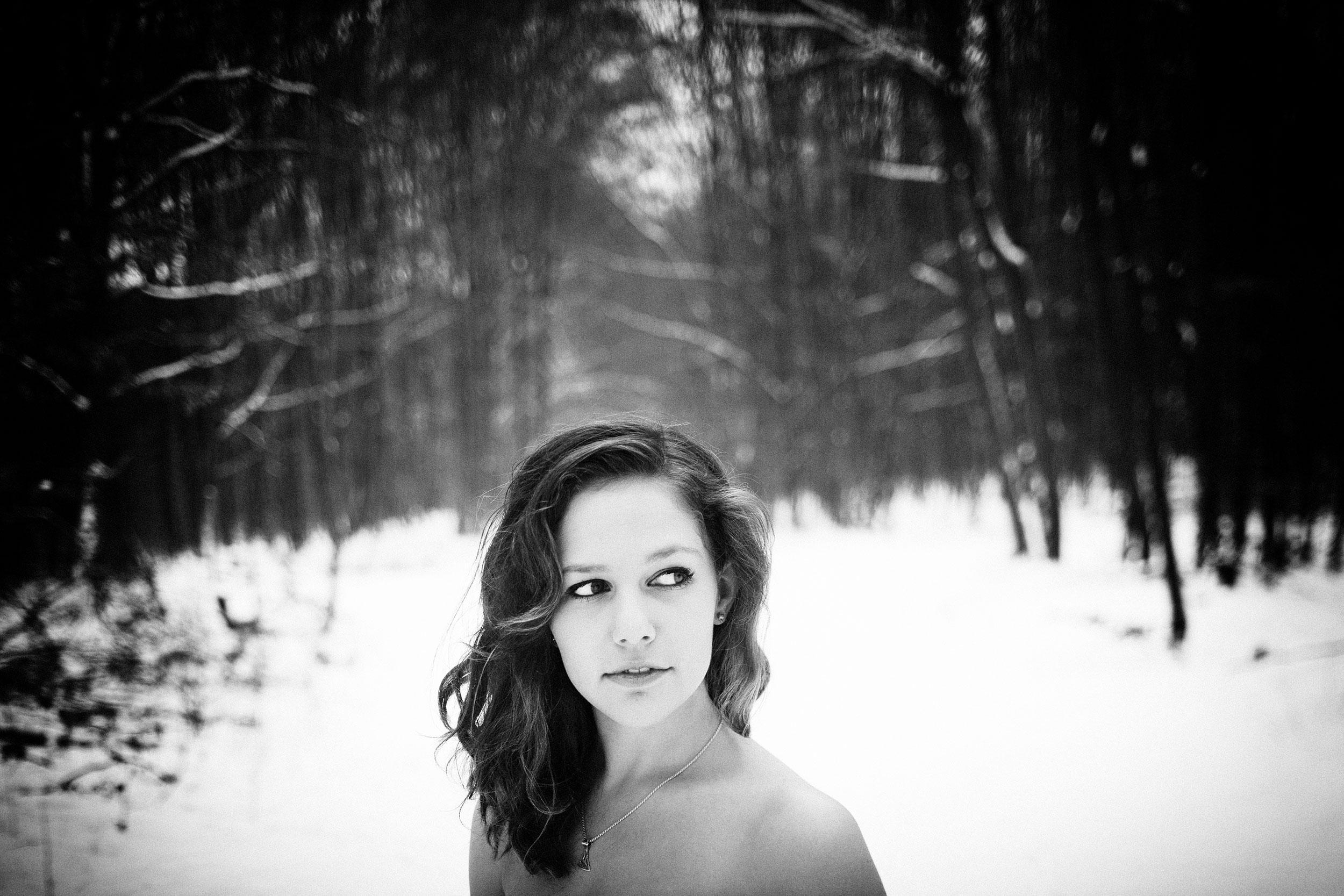 Kpnstlerportrait im Winter mitten im Wald