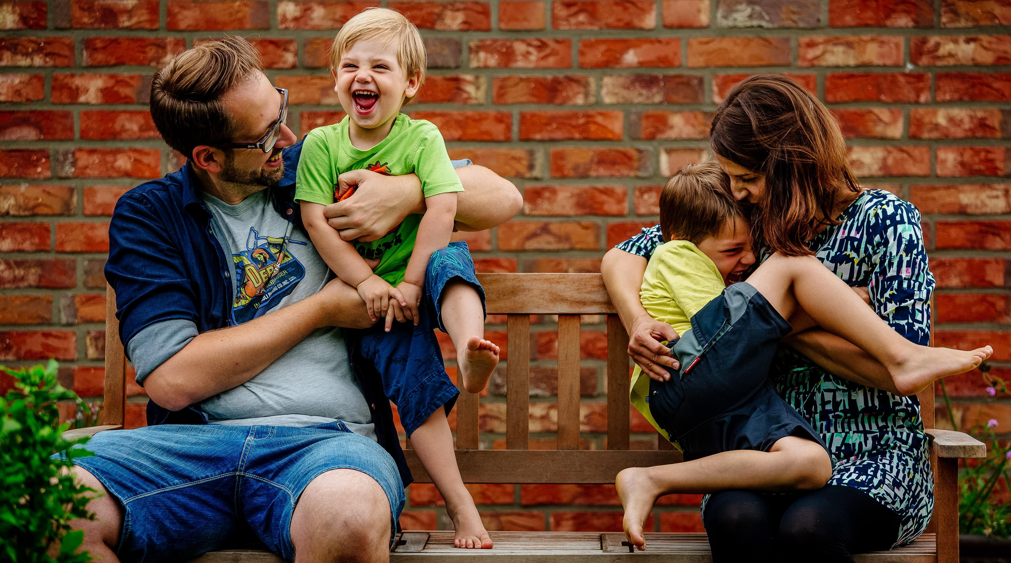 Familienbilder vom Familienfotograf im eigenen Garten