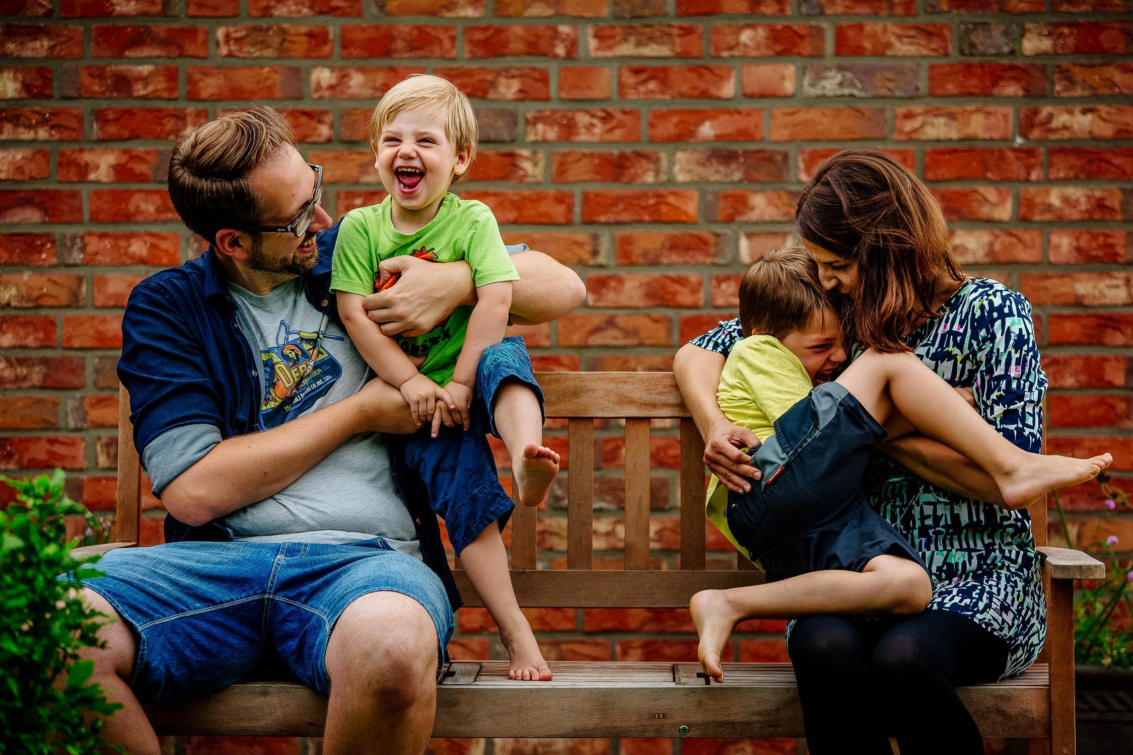 Familienbilder vom Familienfotografen im eigenen Garten